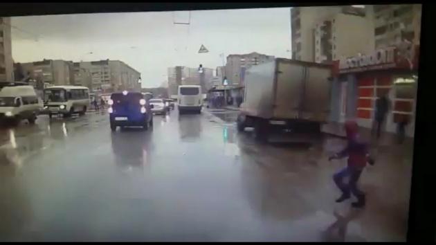 Photo of В Уфе мальчик выбежал на дорогу и чуть не спровоцировал ДТП