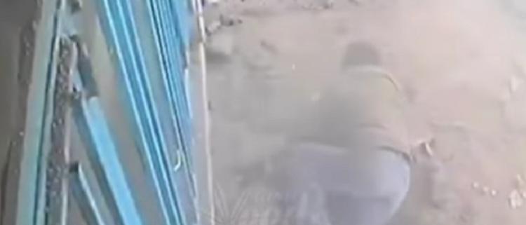 Photo of Бросивший в канализацию окурок мужчина подорвался на тротуаре. Видео