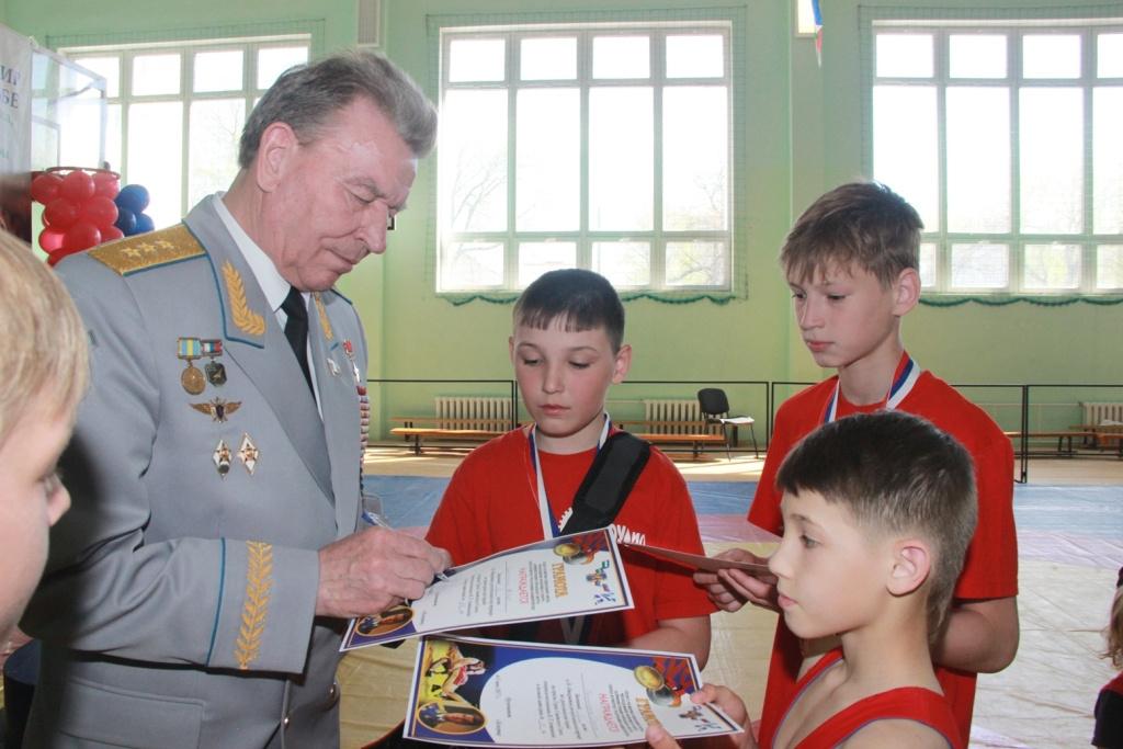 В Башкирии победителям турнира по греко-римской борьбе вручили книги с автографом Александра Карелина