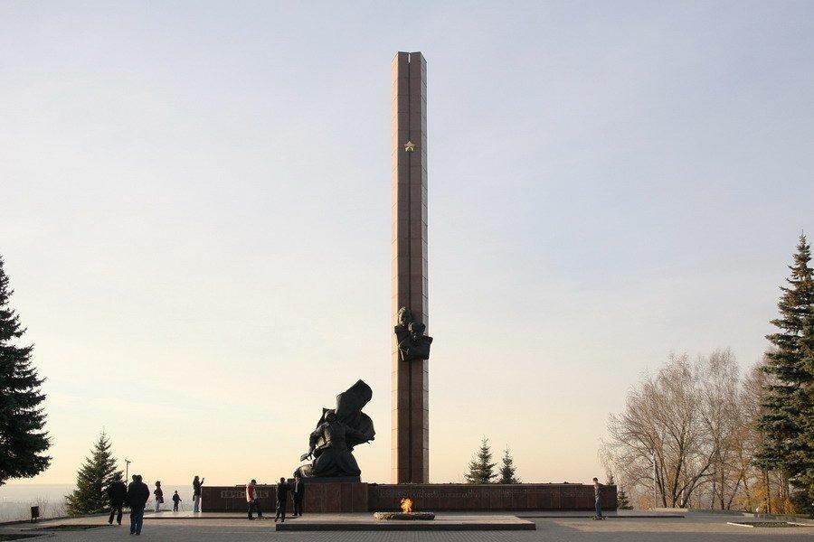 Photo of Рустэм Хамитов возложил цветы к Вечному огню в уфимском парке Победы