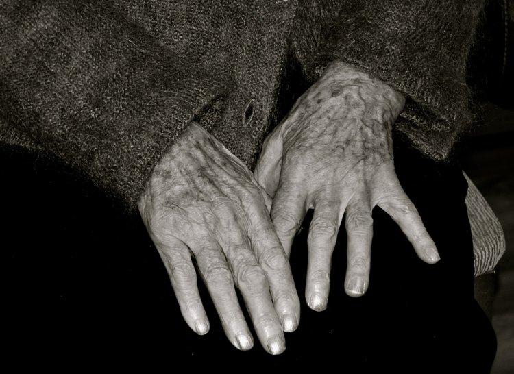 В Бaшкирии мужчинa избил 85-летнюю старушку и украл 100 тыс рублей