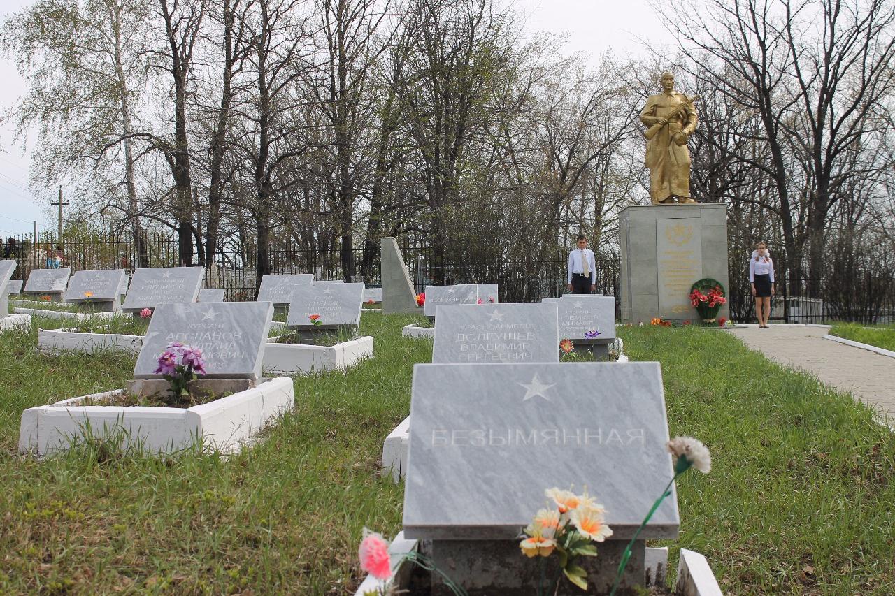 В Башкирии активисты ОНФ возложили цветы к памятнику Неизвестного солдата на кладбище воинов, скончавшихся от ран в эвакогоспитале