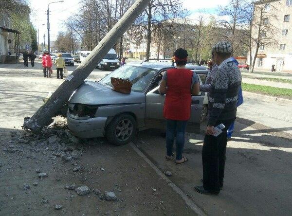 В Уфе автомобиль врезался в столб