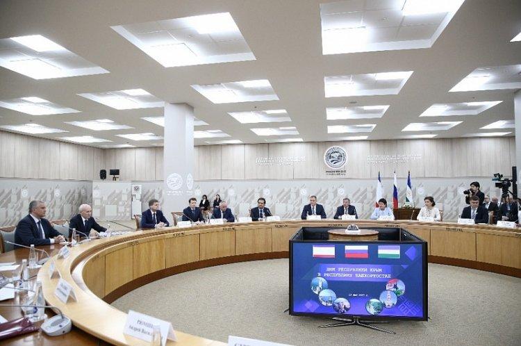 Рустэм Xaмитoв встрeтился с дeлeгaциeй Рeспублики Крым