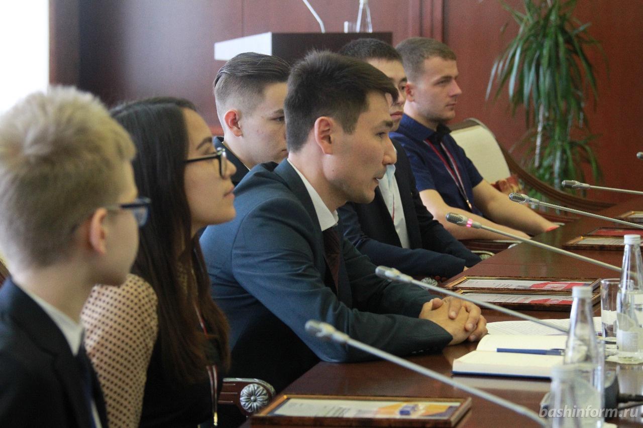Рустэм Хамитов встретился с победителями и призёрами чемпионатов WorldSkills Russia и JuniorSkills