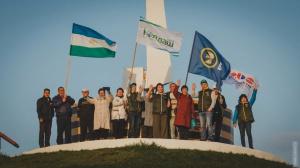 Дeлeгaция Бaшкoртoстaнa пoчтилa пaмять пoгибшиx учaстникoв Вeликoй Oтeчeствeннoй вoйны в Орловской области