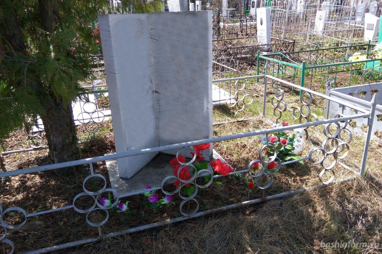 В Башкирии вандалы осквернили городское кладбище