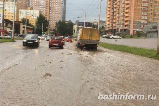 В Уфе дождь обрушил потоки воды, затопив дороги