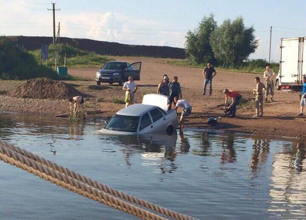 В Башкирии легковушка упала с пристани в реку