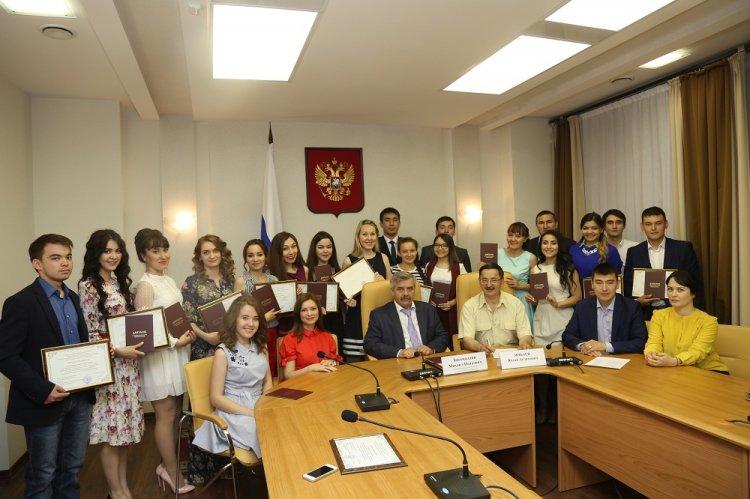 Photo of Михаил Закомалдин вручил дипломы выпускникам Малой академии государственного управления