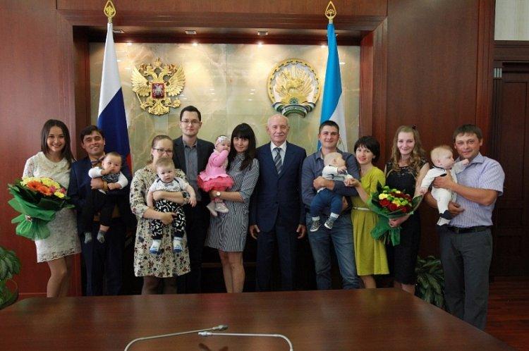 Photo of В Башкирии первые счастливчики получили сертификаты на 300 тыс рублей за первенца
