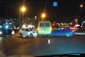 Photo of В Уфе две легковушки «поцеловали» маршрутку