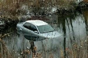 Photo of В Башкирии машину на скользкой дороге занесло в реку