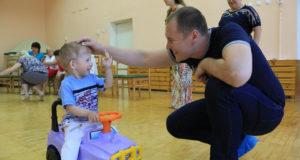 Число детей сирот в России за 10 лет сократилось более чем втрое