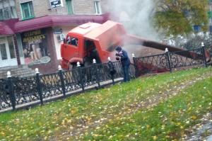 Photo of В Интернете появилось видео, как в Башкирии груженый «КамАЗ» провалился под асфальт