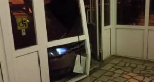 Видео: В Башкирии автомобиль протаранил вход в отдел полиции
