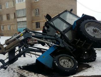 Photo of В РБ трактор провалился под землю