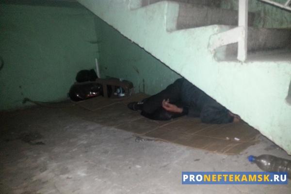 Photo of Бомж из Нефтекамска 2 года живет в подъезде своего дома