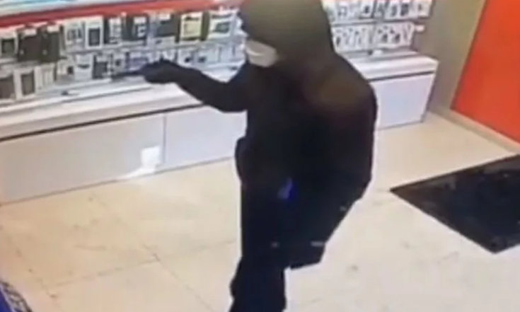 Photo of В Уфе совершено нападение на салон сотовой связи
