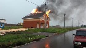 Photo of В Башкирии два дома загорелись из-за молнии