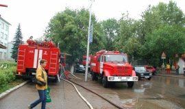 На улице в Стерлитамаке загорелась макулатура