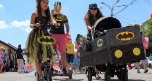 От бэтмобиля до пиратского корабля: в столице Башкирии прошел юбилейный семейный фестиваль «Парад колясок»