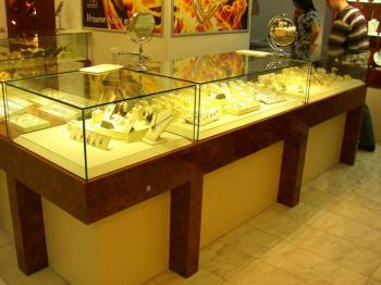В Стерлитамаке двое налётчиков в медицинских масках ограбили ювелирный магазин на Худайбердина