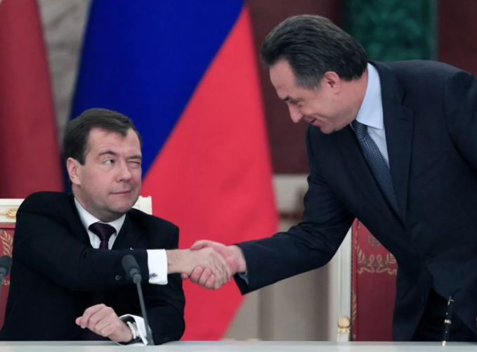 Медведев и рука кого то