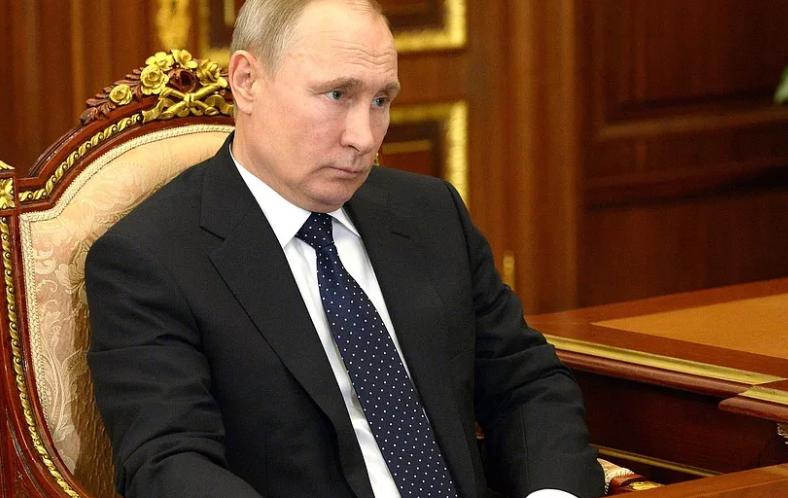 Путин на кресле президент