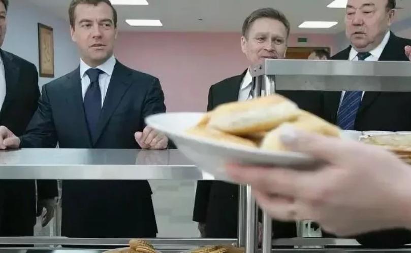 медведев в столовой