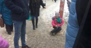 Администрация Стерлитамака отреагировала на пост горожан о девочке-попрошайке в летней обуви
