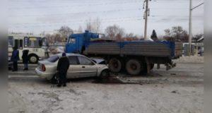 В Уфе иномарка «влетела» в КамАЗ: пострадали женщина и ребенок