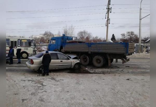 Photo of В Уфе иномарка «влетела» в КамАЗ: пострадали женщина и ребенок