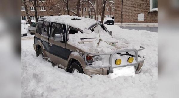 Photo of В Стерлитамаке рухнувшая с крыши глыба льда разбила внедорожник