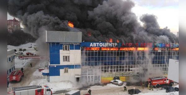 Photo of В Уфе на Индустриальном шоссе горит крупный автоцентр
