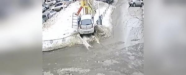 Photo of Уфимка за рулем иномарки снесла детскую площадку