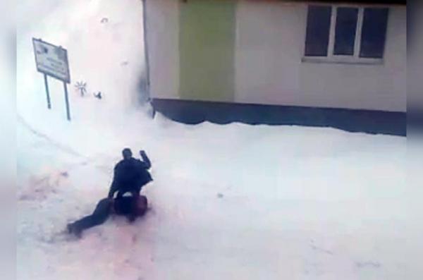 Photo of В Янауле мужчина избивал своего собутыльника, пока снег не залился его кровью