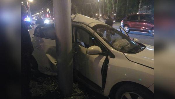 Photo of В ДТП в центре Стерлитамака «Рено» намотало на столб