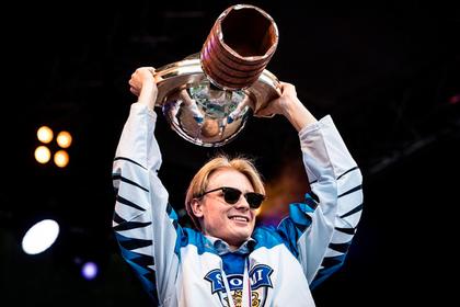 Выигравшие ЧМ финские хоккеисты сломали чемпионский кубок0