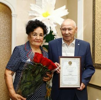 """В Стерлитамаке паре, прожившей вместе 60 лет, вручили медаль """"За любовь и верность"""" 0"""