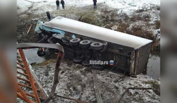 Photo of Фура упала с моста на трассе Уфа— Оренбург