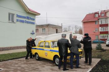 В Стерлитамаке около здания МВД ко Дню полиции установили желтый «Москвич»0
