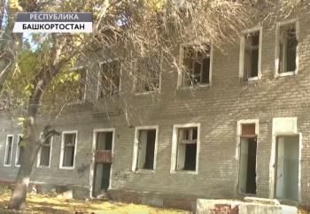 Жители Стерлитамака жалуются на заброшенное здание бывшей поликлиники, в котором повадились играть дети0